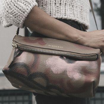 bolso con bandolera con forma ovalada